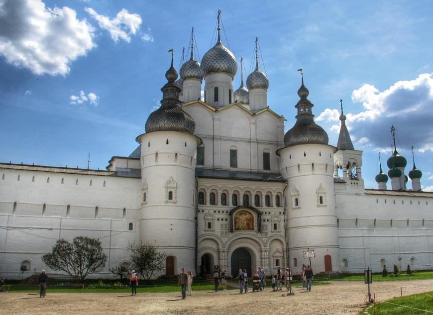 Если официально: Надвратная Церковь Воскресения Господня или Воскресенская церковь с комплексом Святых ворот. А по простому через Надвратную церковь входим на территорию Кремля.