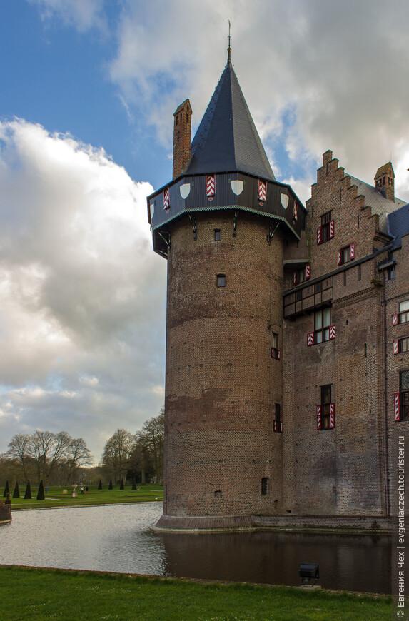 Замок, как положено, окружен рвом с водой