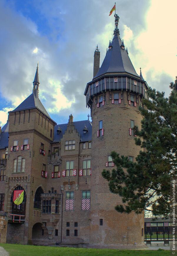 На протяжении многих лет замок строили увеличивая территорию занимаемую укреплением.