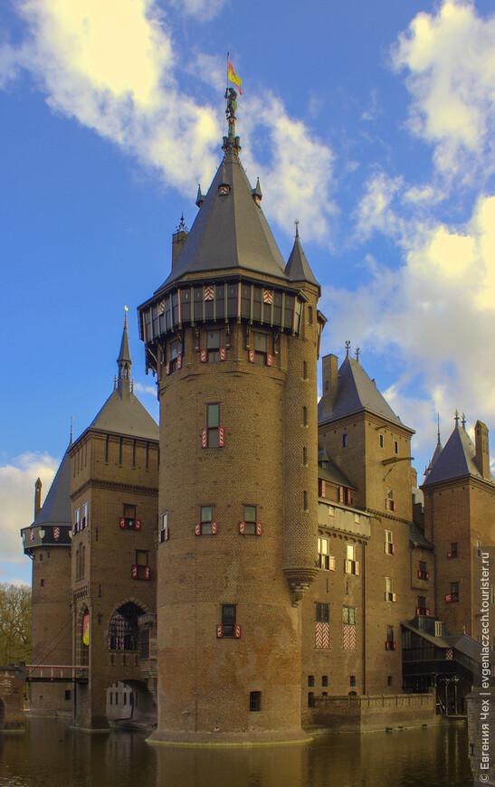 Несмотря на то, что барон и баронесса не планировали постоянно жить в замке, архитектору были поставлены впечатляющие задачи. Замок должен быть оборудован всеми удобствами доступными в Европе в 19 веке.