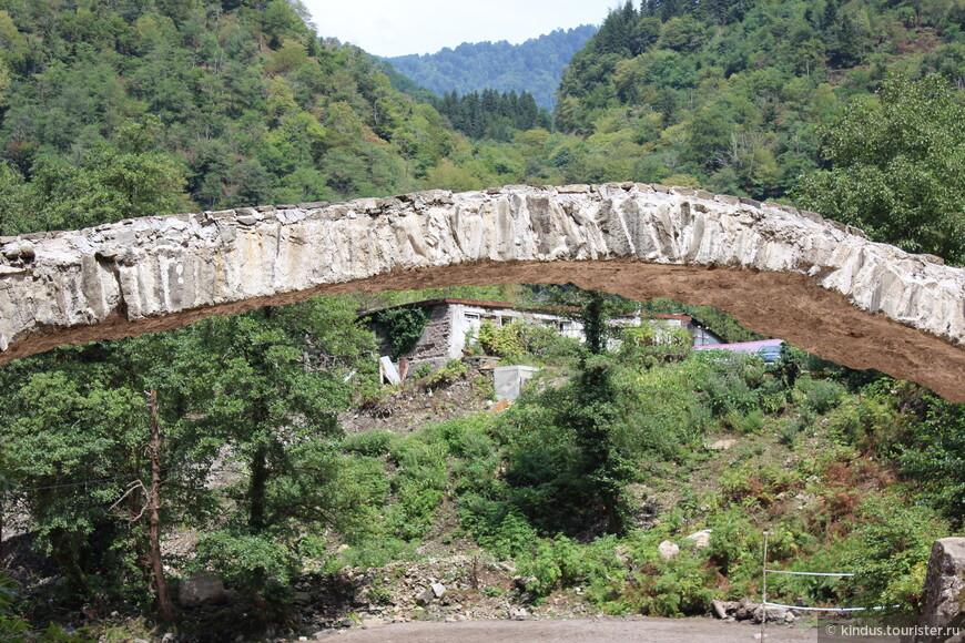 В связи с тем, что строить их начала царица Тамара, все мосты так и называют - мост царицы Тамары