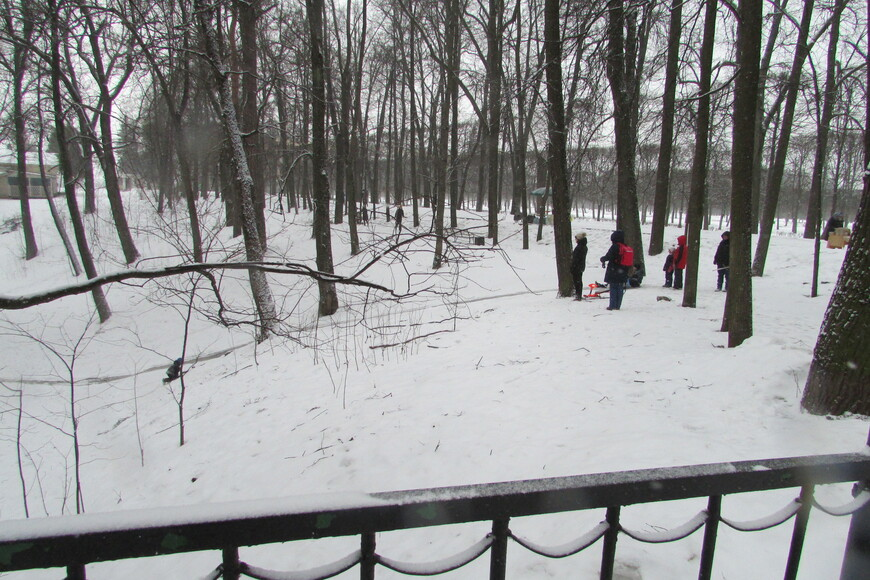 Парк завален снегом, нет цветов, недоступен театр. Скульптуры укрыты под громоздкими и совсем не эстетичными футлярами…
