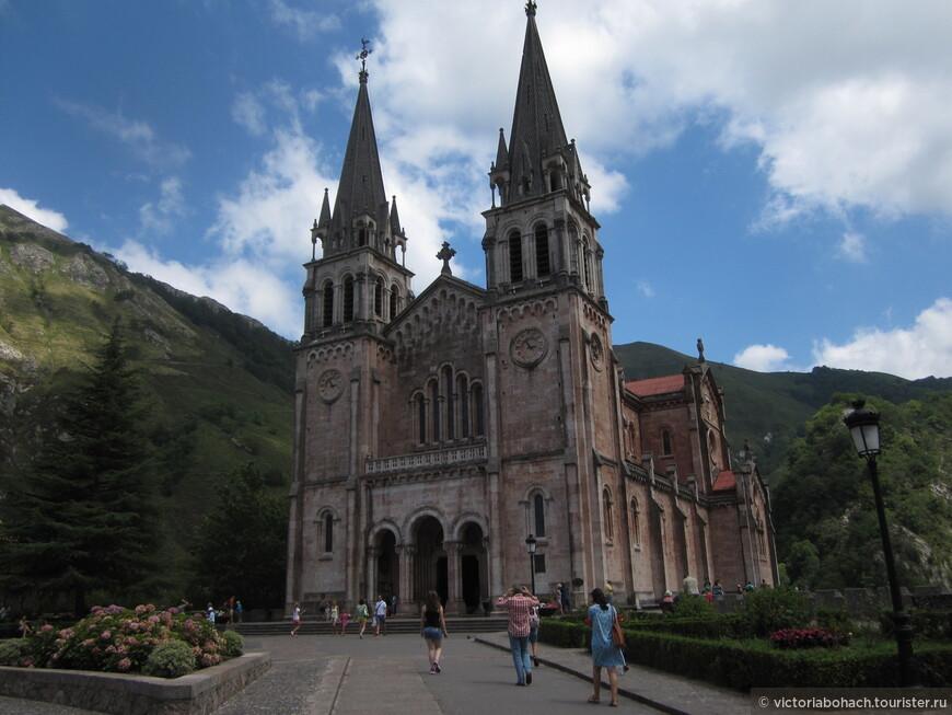 Великолепный храм в неороманском стиле в честь Святой Девы Марии