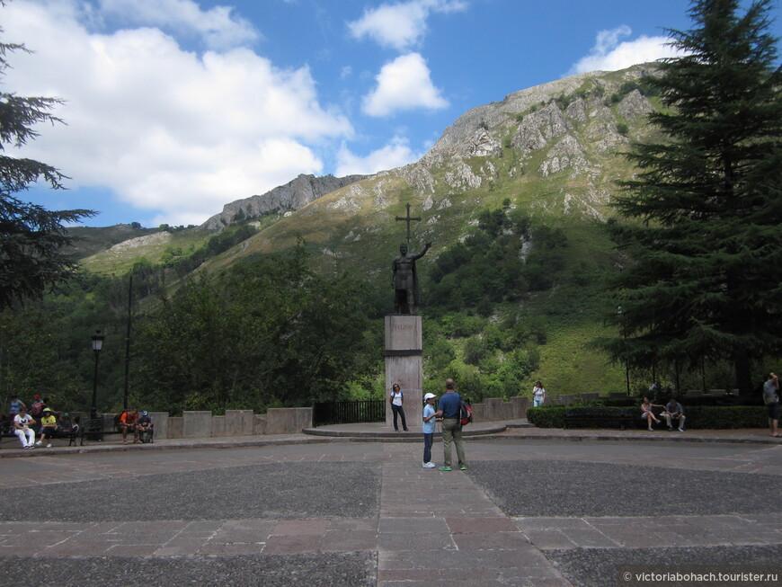 Памятник  королю Пелайо основателю Реконкисты.