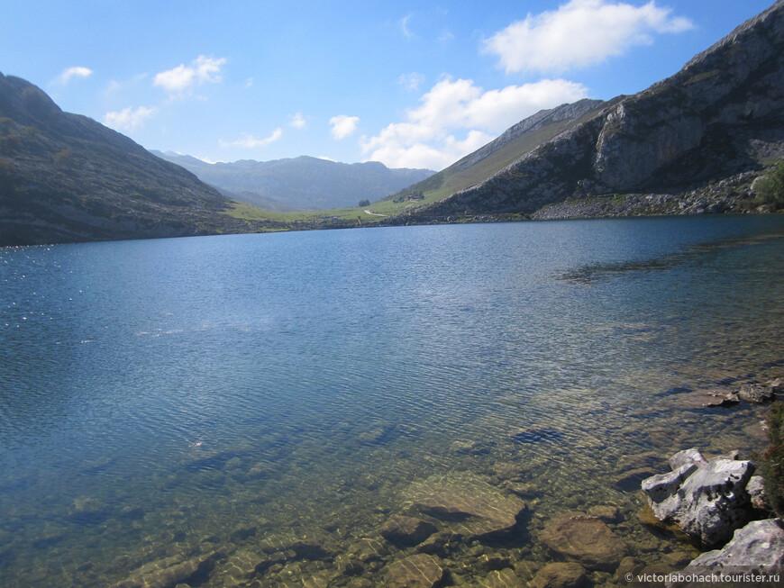 Одно из горных озер на высоте 1000 м