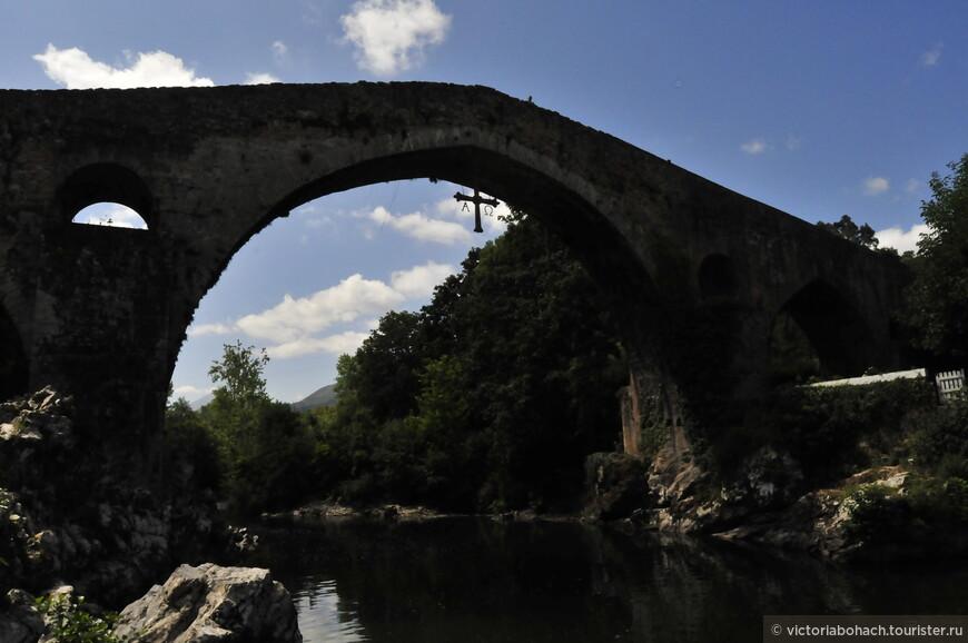 Римский мост и крест Победы в Кангасе де Онис по дороге в Ковадонгу