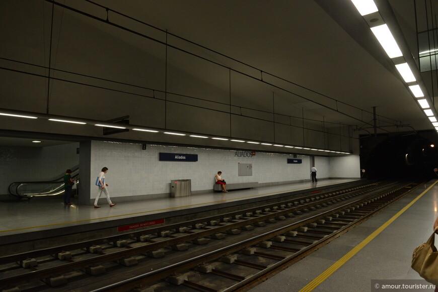 На следующий день у нас было небольшое путешествие по городу. Началось оно с ближайшей станции метро Aliados. Расположена она совсем рядом с ратушей и удивила совсем низкими платформами.