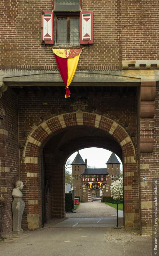 Замок принадлежал роду Де Хаар около 50 лет. Так и закрепилось название, хотя владеют им уже совсем другие люди.