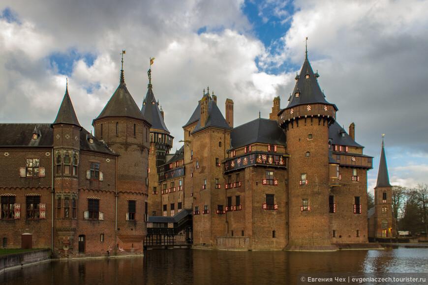 Замок считается шедевром архитектуры средневековья, первое упоминание в 14 веке, хотя был практически полностью разрушен. Восстановлен и перестроен в неоготическом стиле в 1892 году на месте старого замка.