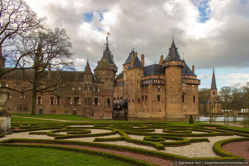 Замок де Хаар располагается вблизи поселка Харзуленс недалеко от города Утрехт.