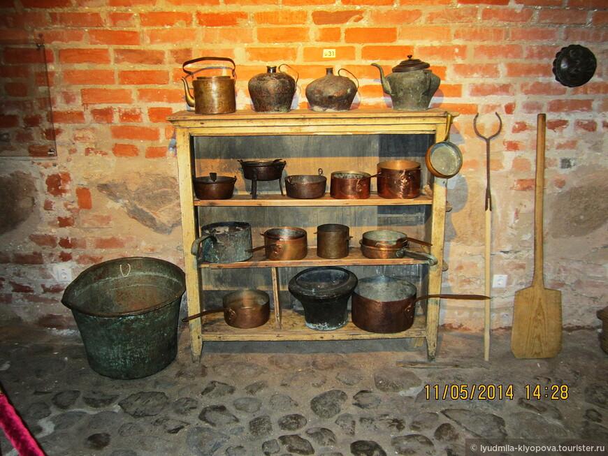 В подвалах и на первом этаже дворца находились хозяйственные помещения, кладовые с оружием, боеприпасами и продовольствием.