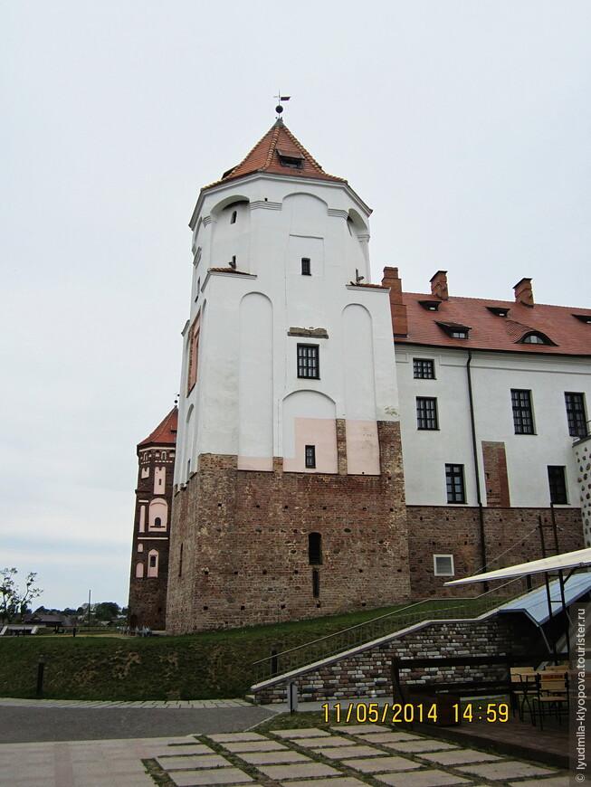 В 1655 году во время русско-польской войны Мирский замок стал добычей казаков под предводительством гетмана Ивана Золотаренко, взявших крепость штурмом. Замок был разрушен — сожжен фольварк, сломаны мельницы и спущены пруды. Лишь через 30 лет после окончания войны начали восстанавливать замок и закончили примерно около 1690 года.