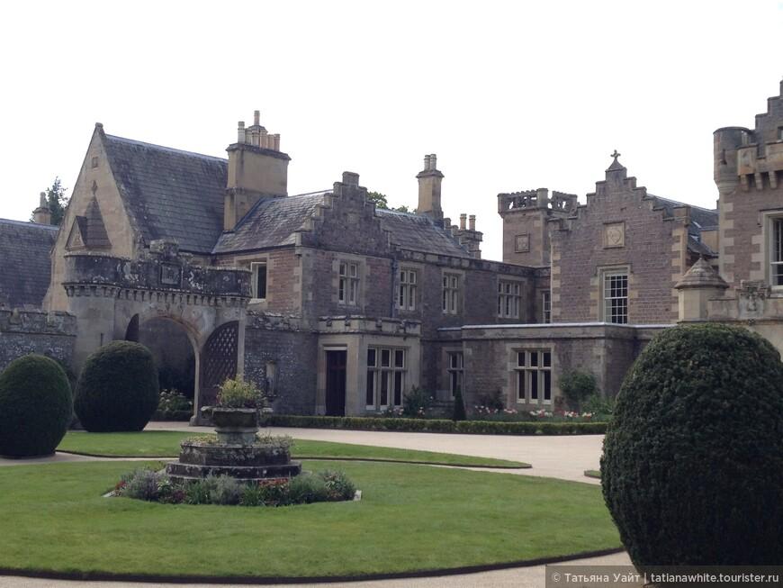 Ландшафтный дизайн у входа в замок сэра Вальтера Скотта.