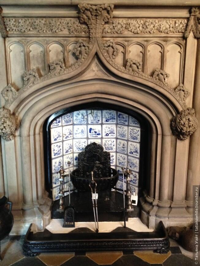 Камин в вестибюле, обрамлённый голландской плиткой. Какой роматически чудный свод в форме готического килевидного шпиля...!!