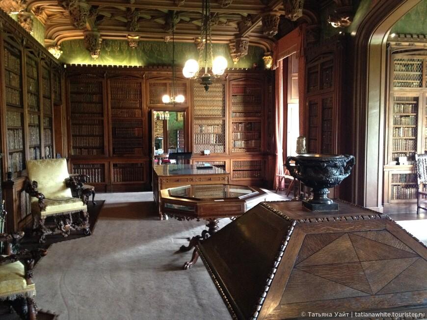 Книги, книги, книги... как и положено в лучших домах. Более 9 тыс. томов хранятся, коллекции В. Скотта сейчас в замке Абботстфорд.