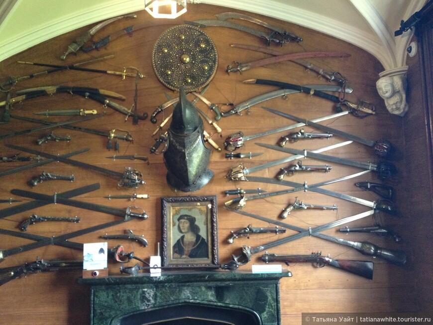 Коллекция холодного оружия. Тут и сабли, и ружья и орудия дуэлянтов. Лучше повода для дуэли не искать!! Сэр Вальтер Скотт вообще не любил конфликтов.