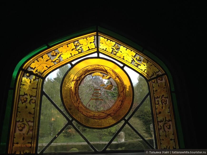 Витраж, что копирует головы, изображения из замка Стерлинг, колыбели Стюартов.