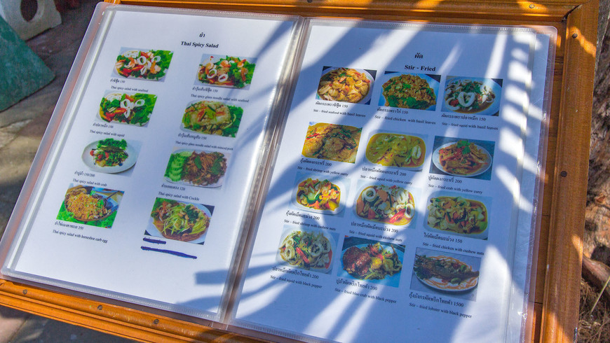 Тайское меню ресторана с морепродуктами и тайской кухней на набережной Раваи