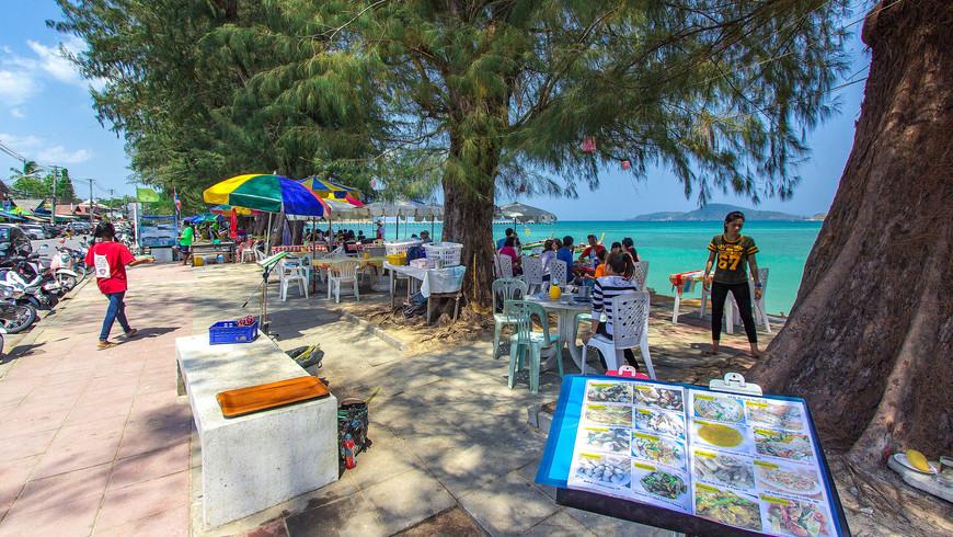 Ресторан на пляже Раваи, Пхукет. Меню ресторана у моря.