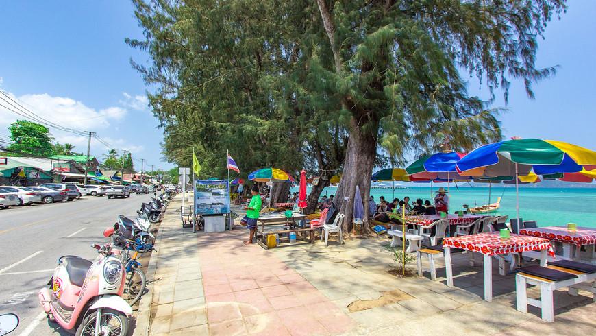 Набережная Раваи и рестораны на берегу моря