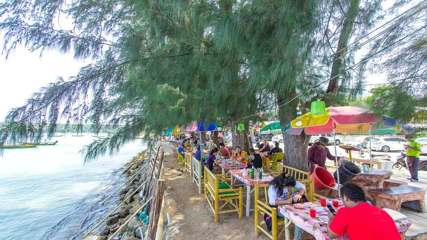 Ресторан прямо у моря на пляже Раваи, о. Пхукет, Таиланд