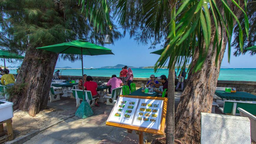 Ресторан у моря на набережной Раваи, остров Пхукет, Таиланд