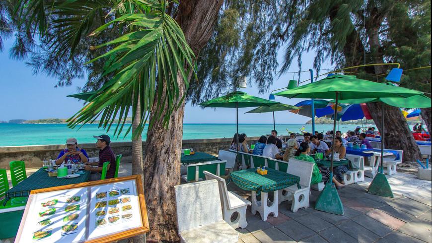 Красивый вид из ресторана на набережной Раваи