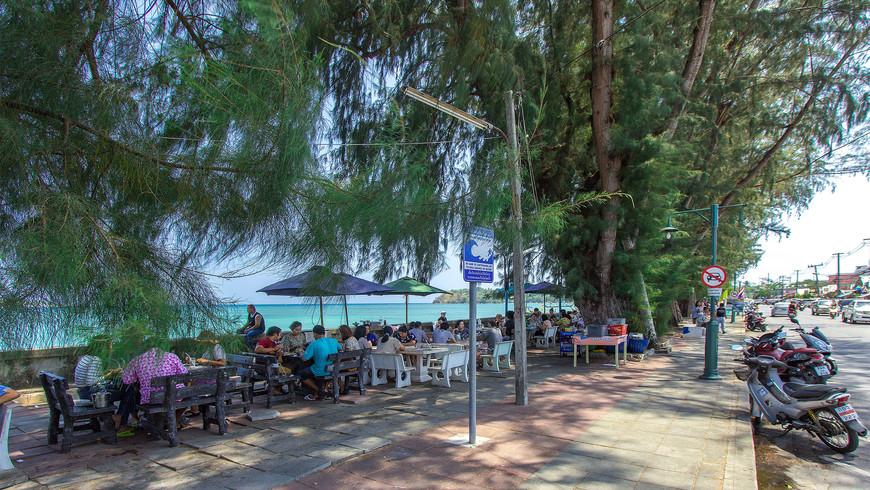Деревья на набережной Раваи и ресторанчики под ними.