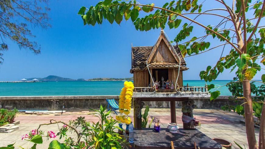 Домик для тайских духов на набережной Раваи.