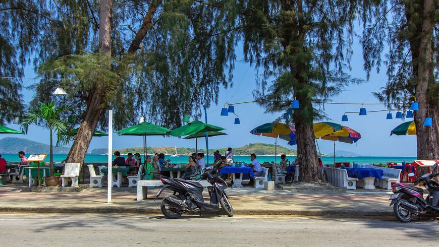 Рестораны в тени деревьев на набережной Раваи