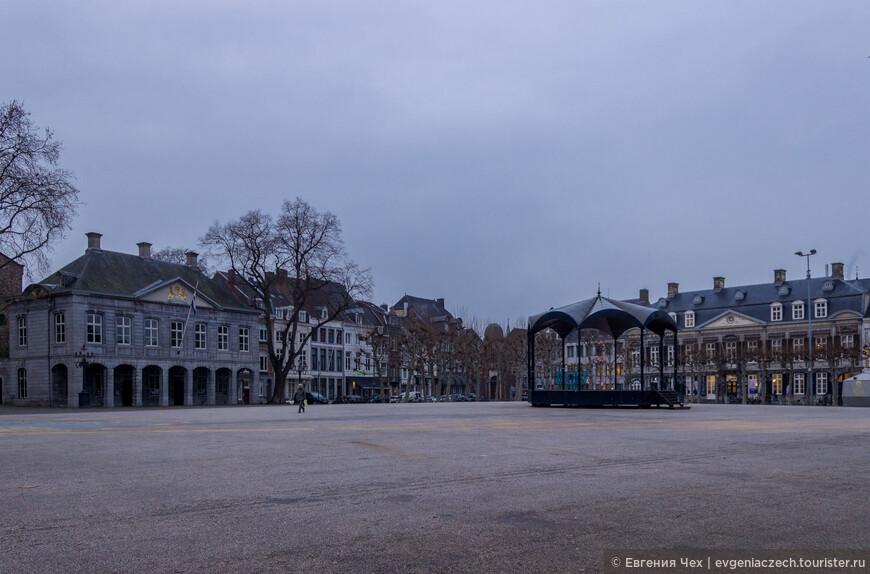 Генеральский дом (справа), расположенный на площади Врейтхоф, сейчас принадлежит Театру. Когда-то здесь был монастырь. Свое нынешнее название дом получил после 1825 года, когда его купил нидерландский барон и генерал Бернард Диббетс.