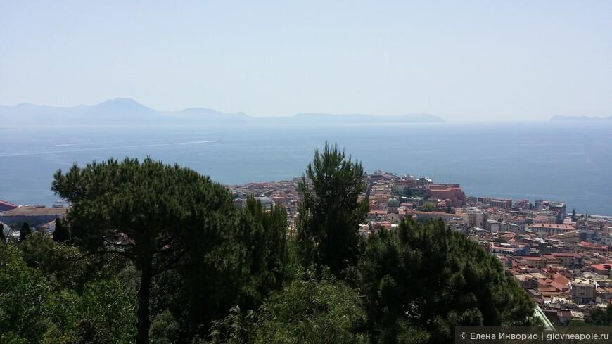 Вид из Чертоза ди Сан Мартино на Соррентийский полуостров и остров Капри