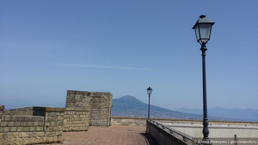 Вид на Везувий из замка Сантельмо