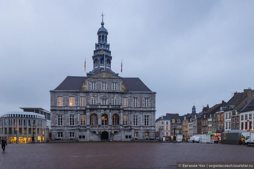 Ратуша находится на Рыночной площади. В 1655 году городской совет поручил проектирование ратуши архитектору Питеру Посту, который успешно строил в Гааге и Утрехте.