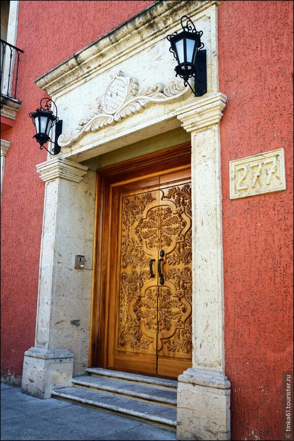 Повсюду множество интересных деталей. Особенно хороши старинные резные двери.