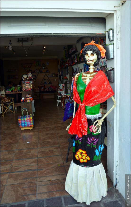 Вот такие красавицы встречают посетителей у входа в магазин.