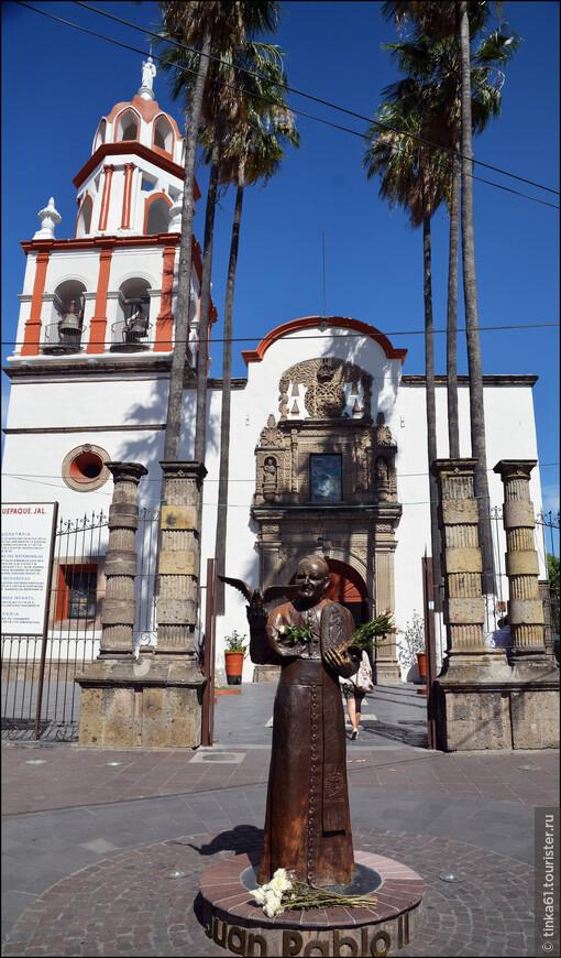 Памятник Папе Хуан Пабло Второму на фоне барочного фасада Паррокии.