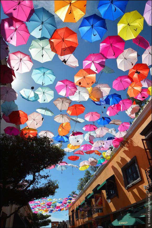 Центральная улица Тлакепаке была украшена яркими разноцветными зонтиками.