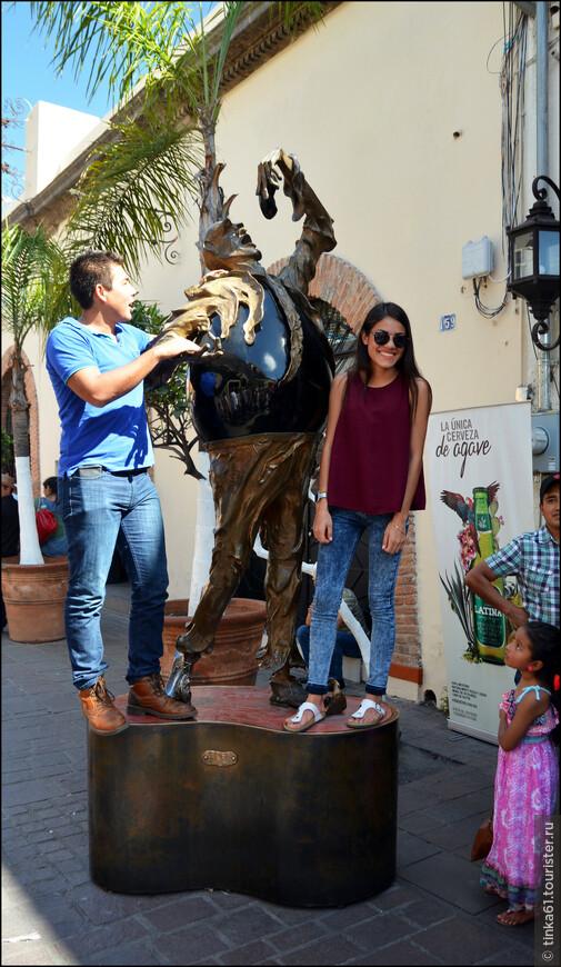 Мексиканцы увлечённо позировали на фоне городских скульптур.