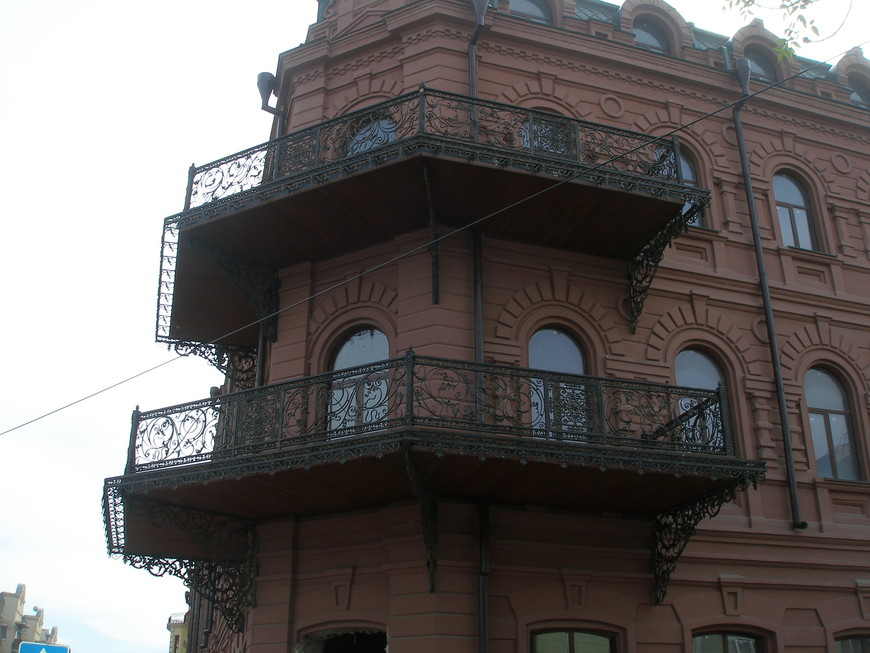 Чугунные балконы - характерный элемент местной архитектуры.