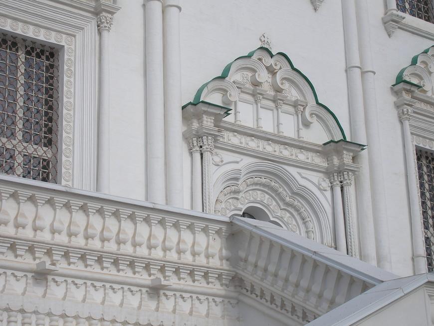 Стены Успенского собора украшает замечательная резьба.