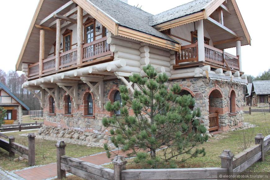 Домики для проживания делятся на мещанские и селянские. Это дом для мещан, где разместятся 6-8 человек