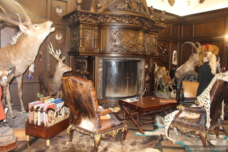 Охотничий зал наполнен трофеями и фотографиями с охот хозяина комплекса