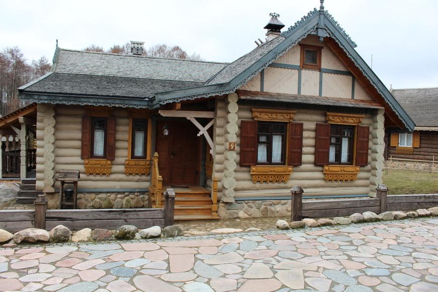 Все домики нарядно украшены резьбой и затейливыми наличниками