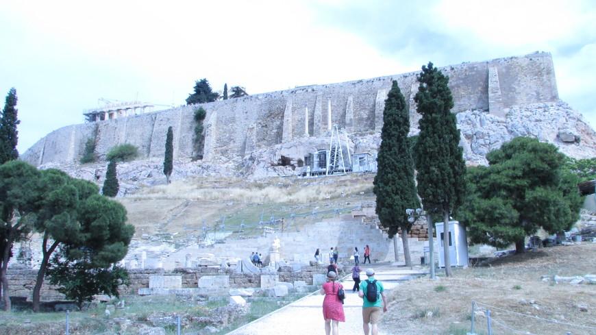 Оставили вещи в номере и сразу отправились к Акрополю. Входной билет  стоил тогда, кажется, 12 евро. Это не так много, если учесть, что билет действителен в течение четырех дней, и открывает доступ к целому ряду достопримечательностей: Акрополю, театру Диониса, Римской Агоре, Древнегреческой Агоре, храму Зевса, библиотеке Адриана и кладбищу древних Афин - Керамику.  Вид на Акрополь от билетных касс.