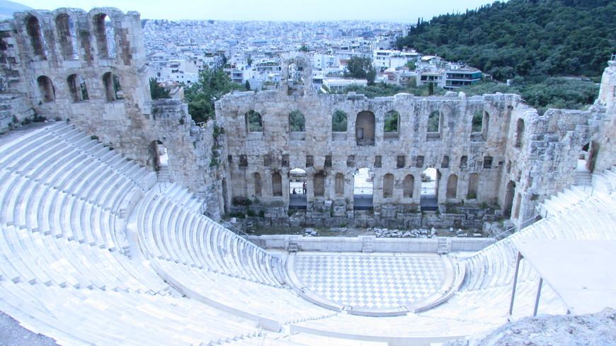 Когда поднимаешься выше, открывается вид на Одеон, который построил во втором веке на свои средства богач Аттик Герод из Марафона.