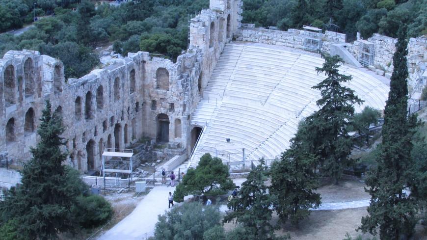 В древности здесь устраивались концерты и декламации литературных произведений, а в наше время каждое лето проводят Афинский фестиваль.