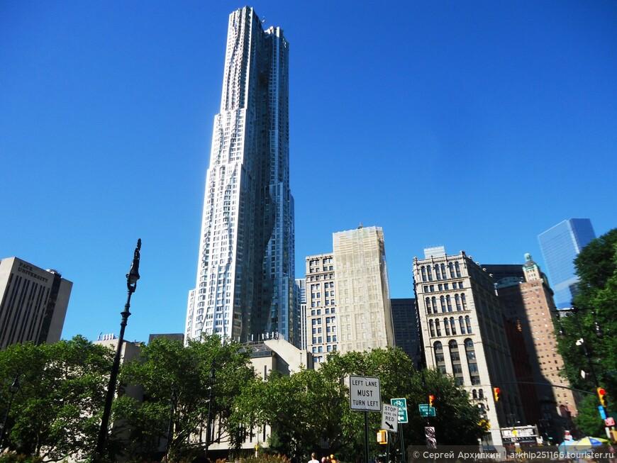 Вокруг высились небоскребы- в том числе и несколько современных