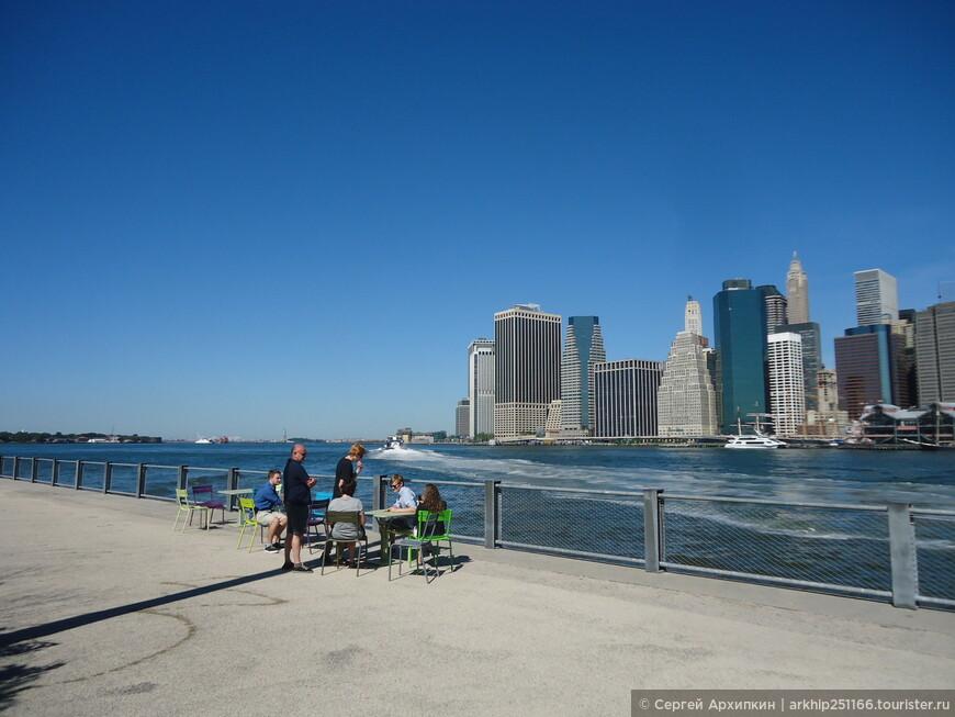 Набережная в Бруклине и вид на Манхэттен
