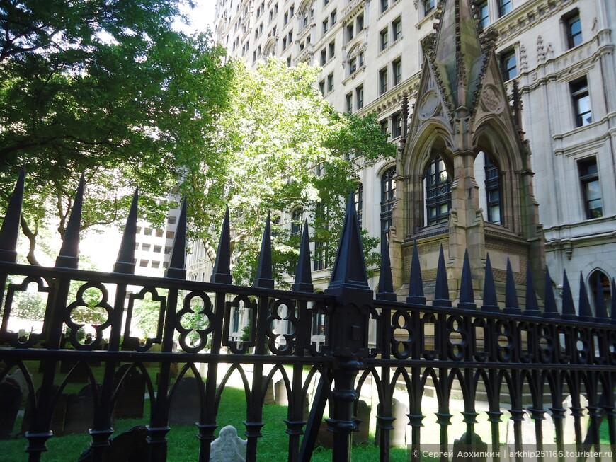 Возле собора есть старинное кладбище 17-18 века - ведь отсюда и начинался город